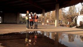女性建筑师走向工地工作看他们的项目的建筑怎么进行和 影视素材