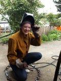女性微笑的焊工 免版税库存图片
