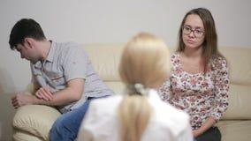 女性心理学家帮助的担心的年轻夫妇 家庭疗法 股票视频