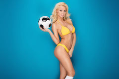 女性性感的足球运动员 免版税图库摄影
