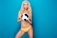 女性性感的足球运动员 免版税库存照片