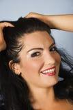 女性愉快的微笑的年轻人 免版税库存照片