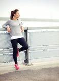 女性慢跑者休息 免版税图库摄影