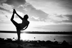 女性户外健身剪影背景黑白摄影  免版税库存图片