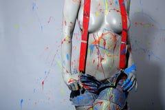 女性房屋油漆工喷溅与乳胶漆 免版税库存图片