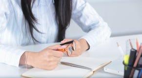 女性手写与笔在日志笔记本 免版税图库摄影