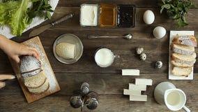 女性手切了在一张木桌上的新鲜的小圆面包 股票录像