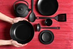 女性手和餐具 免版税图库摄影