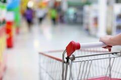在行动的购物台车 免版税库存照片