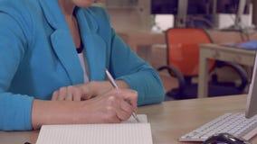 女性手在便笺簿写 股票录像
