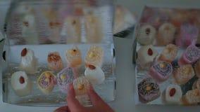 女性手在包裹放置美丽的东方甜点 股票录像