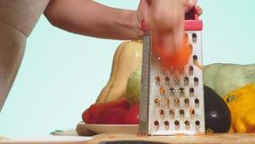 女性手在被磨碎的红萝卜摩擦了 菜混合物烹调的菜炖煮的食物 背景颜色 4k? 股票视频