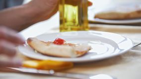 女性手在餐馆倾吐在板材的油吃薄饼 影视素材