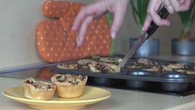 女性手在黄色平底锅上把肉馅饼放在厨房屋子里 4K 股票录像
