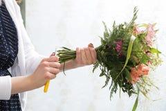女性手完成与花的构成 库存照片