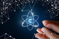女性手展示原子 免版税库存照片