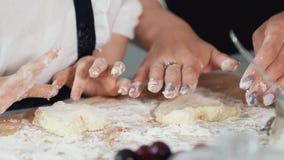 女性手形成从酸奶干酪的自创薄煎饼 免版税库存照片
