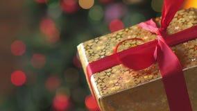 女性手打开礼物盒 股票视频