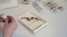 女性手折叠了在箱子设置的-耳环和别针- jewelery 影视素材