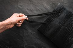 女性手拉扯磁带的一个黑包裹,销售 免版税库存图片