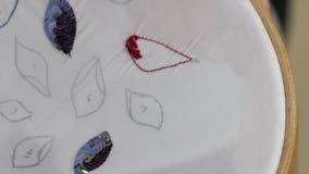 女性手指embroideres成串珠状的图片 股票录像