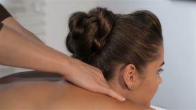 女性手按摩妇女的脖子 股票视频