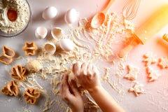 女性手揉面团用鸡蛋和一根滚针曲奇饼的准备的 顶视图 太阳火光 库存照片