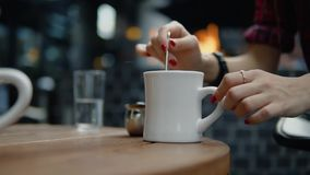 女性手旋转在城市街道咖啡馆的咖啡 股票录像