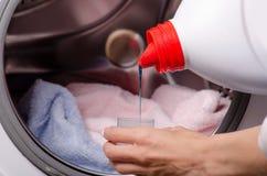 女性手洗涤剂或洗液的特写镜头在容器 免版税库存图片