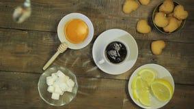 女性手混乱匙子酿造了新鲜的茶 在视图之上 影视素材