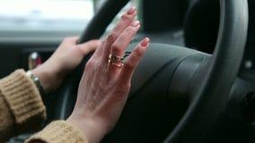 女性手特写镜头在方向盘的 影视素材