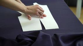 女性手特写镜头有得出在织品的圆环的模板与裁缝白垩 股票录像