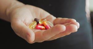 女性手特写镜头,某人倾吐一束处方鸦片制剂药片入手 健康,药物的概念 影视素材