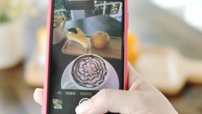 女性手由现代智能手机为食物照相 影视素材