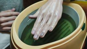 女性手的处理石蜡治疗在美容院的 免版税库存照片
