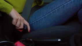 女性手紧固汽车安全安全带,当坐在车里面时在驾驶前 影视素材