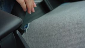 女性手紧固汽车安全安全带,当坐在车里面时在驾驶前 股票录像