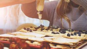 女性手裁减食物 图库摄影