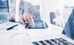 女性手触板显示特写镜头视图在coworking的地方 概念使用移动设备的商人 图标 免版税图库摄影