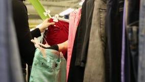 女性手采了在挂衣架的牛仔裤 股票录像