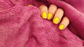 女性手黄色修指甲魅力典雅的毛皮,时髦的慢动作 影视素材