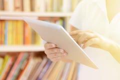 女性手,利用片剂计算机 免版税库存图片