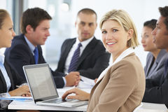 女性执行委员画象与办公室会议的在背景中 库存照片