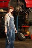 女性技工纹身花刺 免版税库存照片