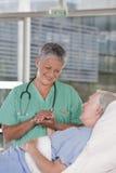 女性护士患者 免版税库存照片