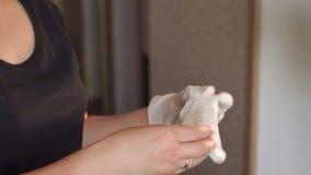 女性护士穿上橡胶手套,特写镜头 股票视频