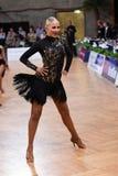 女性拉丁舞蹈家跳舞在竞争时 免版税库存图片