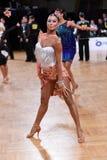 女性拉丁舞蹈家跳舞在竞争时 免版税图库摄影