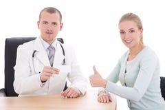 女性拿着名片的患者和医生 免版税图库摄影