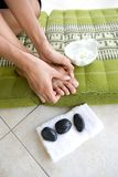 女性按摩自脚趾的她 免版税图库摄影
